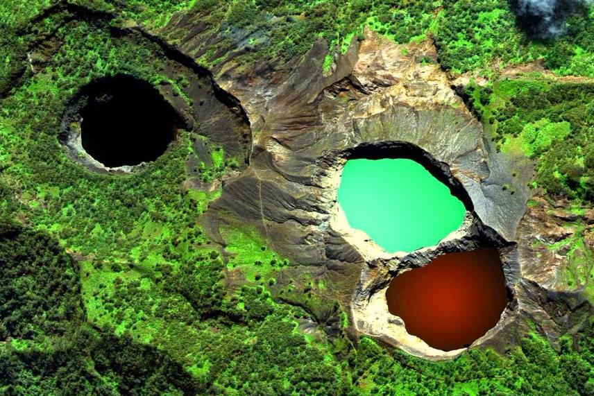 Indonéziában, a Kelimutunál három tarka tó is található egyetlen vulkán körül. Ahogy a műholdas felvételen látszik, mindhárom tó vize más színű, ráadásul az árnyalatok gyakran meg is változnak, így vörösben, zöldben, kékben, fehérben és feketében is pompáznak néha a tavak. A színváltást a vulkanikus aktivitás során lezajló kémiai reakciók okozzák.
