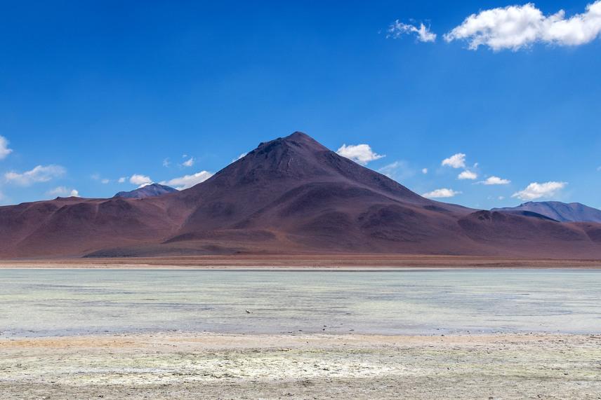 A bolíviai Laguna Blanca vize hófehér, amit a tóban található rengeteg só okoz. Ez a parton is vastag réteget alkot, így alig látható, hol kezdődik a víz és a part. A nagy kiterjedésű, sekély tó a Licancabur vulkán lábánál fekszik. A bolíviaiak büszkén, egy nemzeti park létrehozásával óvják országuk egyik legkülönlegesebb természeti csodáját.