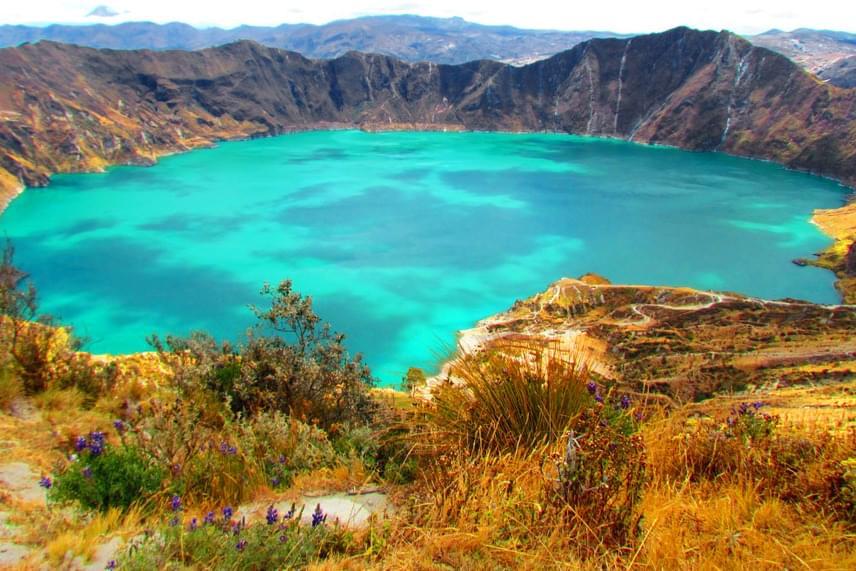 Az Ecuadorban található Quilotoa-tónak már a keletkezése is különleges: a víz egy vulkáni krátert töltött fel, miután az alatta található hegy összeomlott. A mélyedésbe beszivárgott víz a fényektől függően smaragdzöld vagy éppen zafírkék színeket váltogat, ráadásul hotelek és turistaútvonalak is épülnek köré, így egyre népszerűbb a dél-amerikai országba látogatók körében.