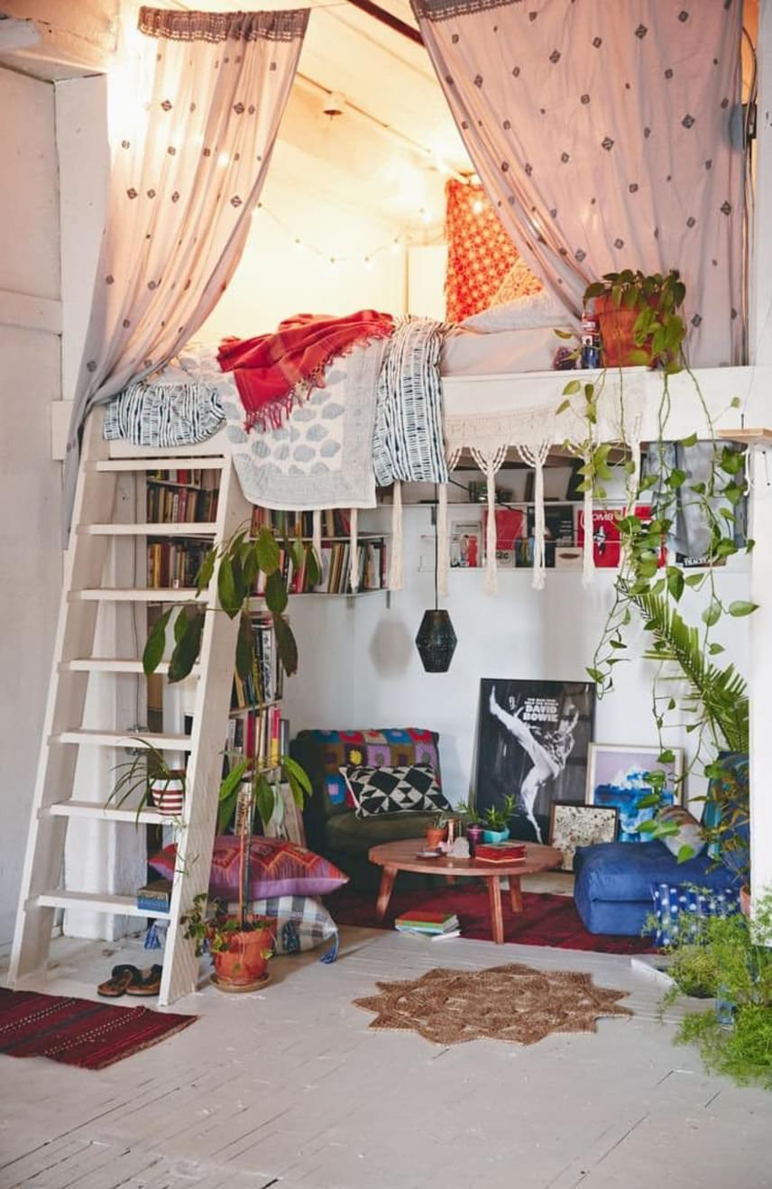 Mivel a lakás alapterületéből jellemzően az ágy foglal egy nagyobb helyet, a hálószobát pedig általában mindenki szeretné intimebb, zártabb helyiséggé tenni, a leggyakoribb, hogy ennek alakítanak ki galériás megoldást. A keleties kuckó tökéletes a pihenéshez.