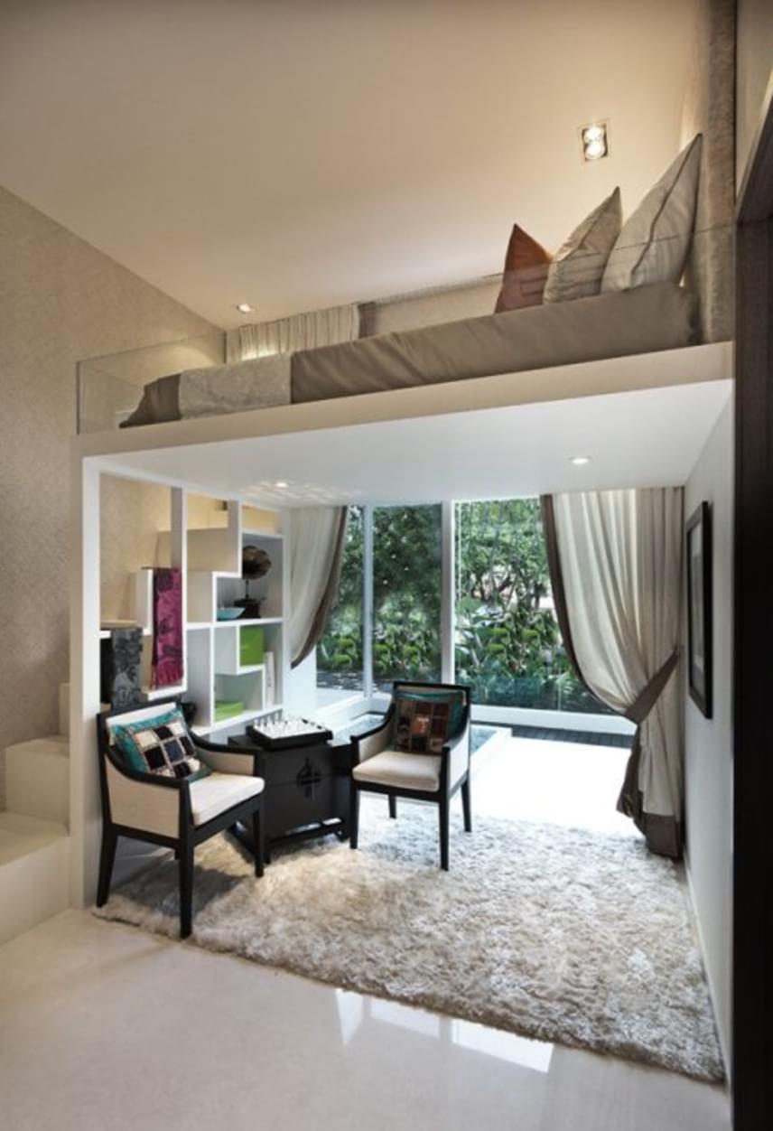A lehető legegyszerűbb galériás megoldás, az alul íróasztallal és játszósarokkal kiegészített emeletes ágy felnőtt változata. A galériára vezető lépcső a másik oldalon polcként funkcionál.
