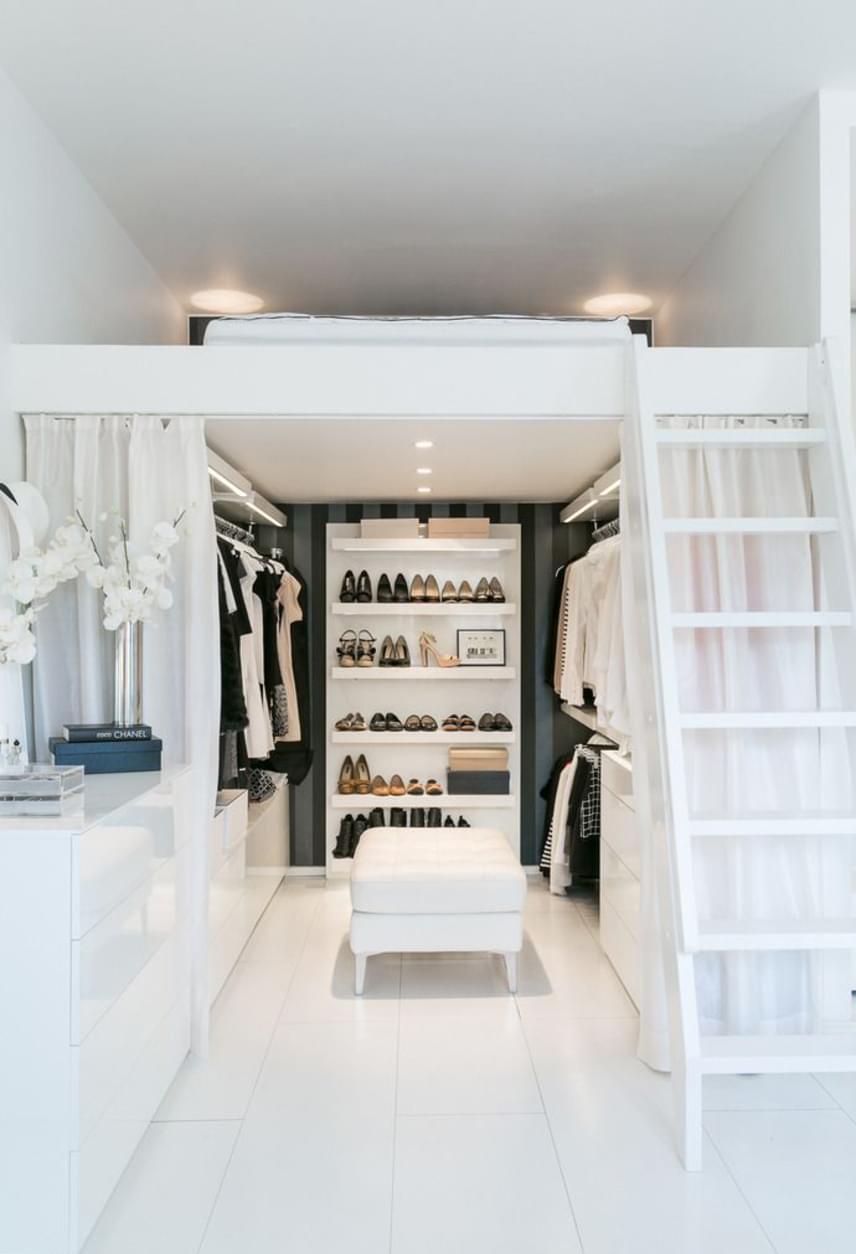 A fehér szín alkalmazása is áldásos a tértágítás szempontjából, segítségével elérhető, hogy a galéria a legkevésbé se nyomja össze a lakást. Alatta akár gardrób is kialakítható.