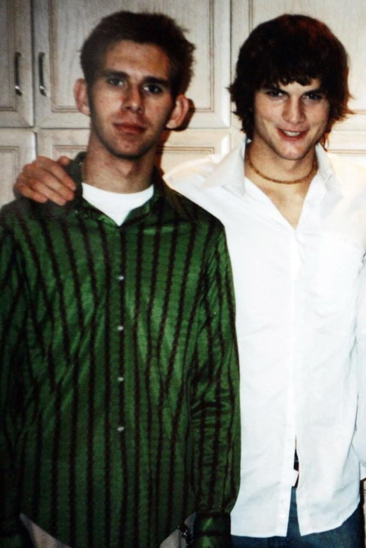 Ashton Kutcher és ikerbátyja, Michael nagyon közel állnak egymáshoz, főként, amióta kamaszkorukban Michael majdnem meghalt szívbénulásban, és azonnal szívátültetésre volt szüksége.
