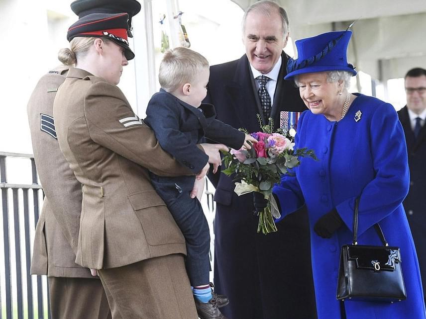 Erzsébet királynő egy virágcsokrot is kapott az egyik katona kisfiától a leleplezés előtt. Az uralkodónő láthatóan olvadozott a picitől, ami nem is csoda, hiszen a kis Alfie nagyon hasonlít az unokájára, György hercegre.