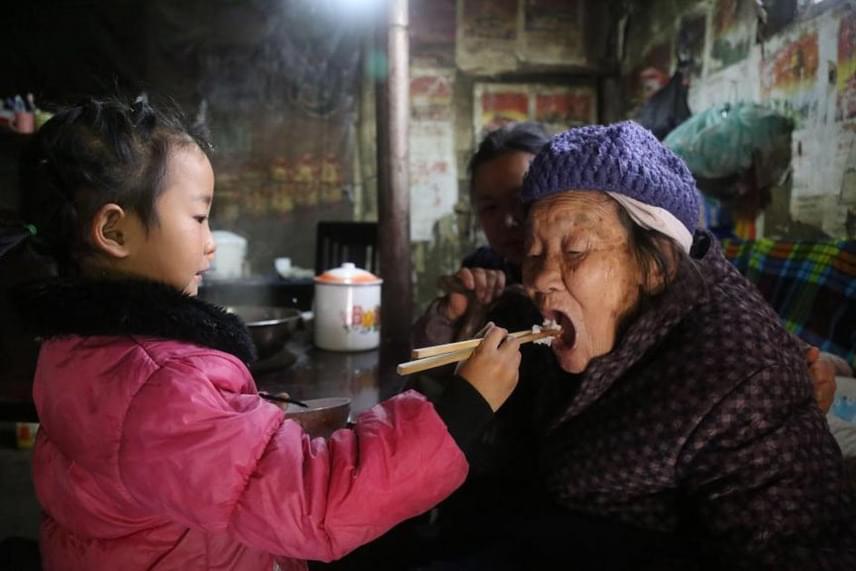 Anna nagymamája komoly artritisszel küzd, míg a dédi 92 éves, így a legtöbb munka a kislány nyakába szakad.
