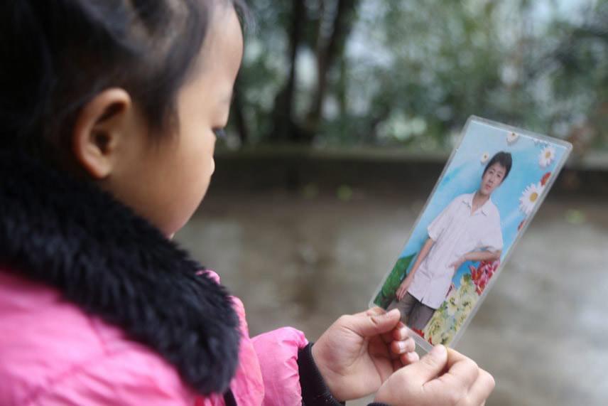 Azt senki sem tudja, Anna édesapja hol van. A férfi ismeretlen okból akkor került börtönbe, amikor a lánya még csak három hónapos volt. A kislánynak csak egy fotója van róla. Anna édesanyja nem sokkal később újraházasodott, és hátrahagyta az előző férjének szült gyermekét a saját szüleivel együtt.