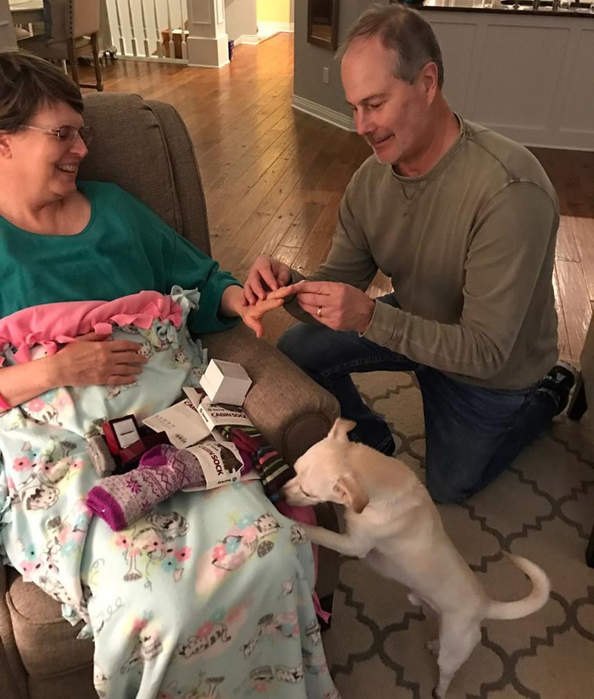 Lora eredeti jegygyűrűjének mérete már egy ideje nem volt jó, ezért Jim vásárolt egy új ékszert, és újra megkérte vele a műtét után lábadozó felesége kezét.