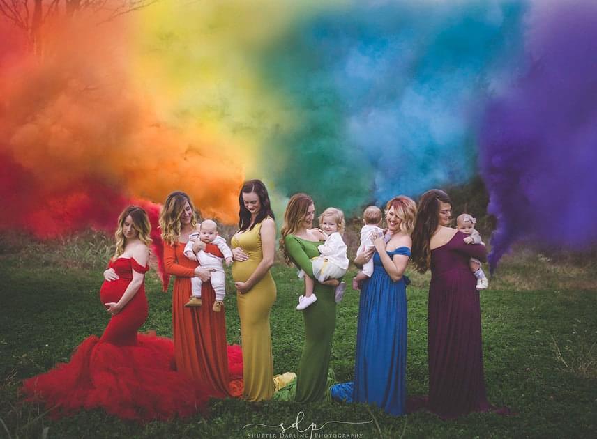 Nemcsak szemgyönyörködtetőek a felvételek, de megindítóak is: ezen a képen várandós és már anyává vált nők láthatóak szivárványbabáikkal.