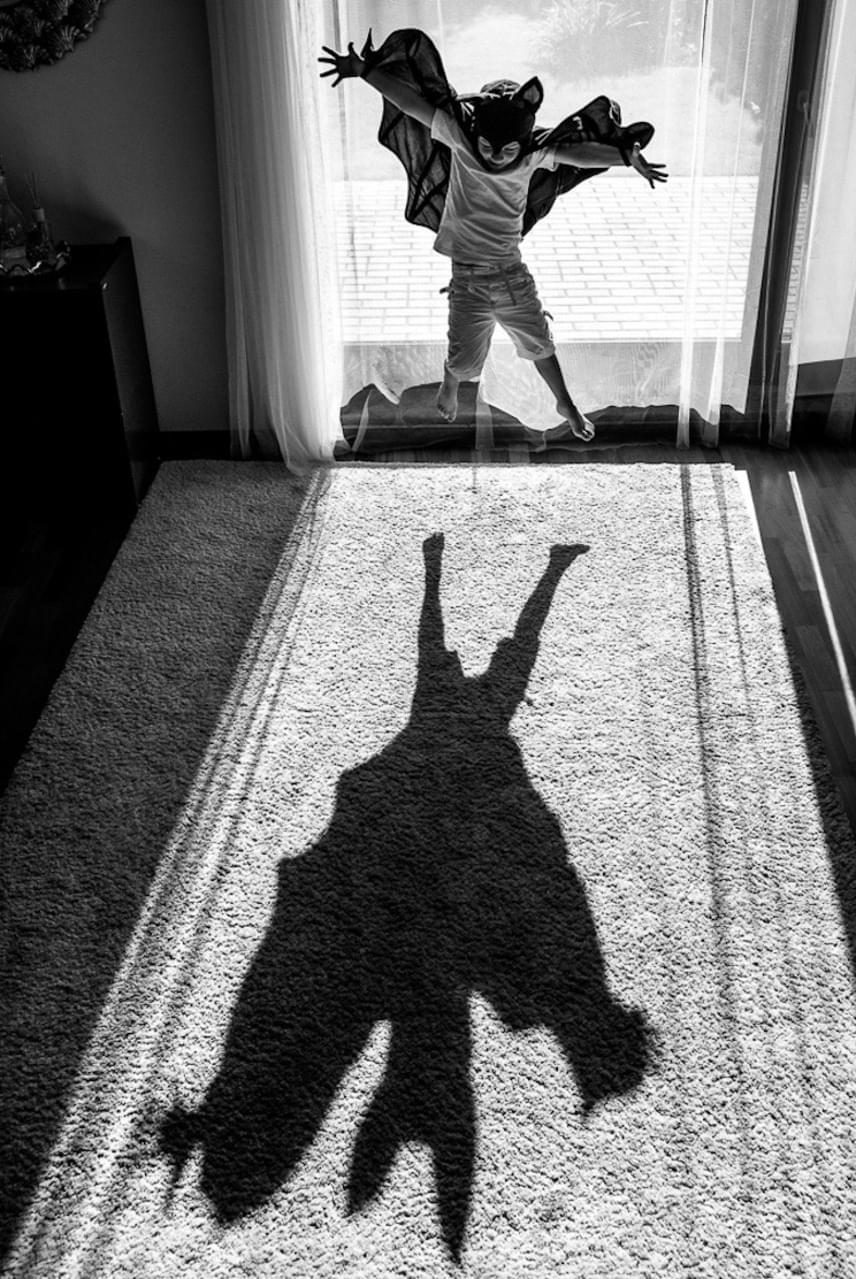 A lengyel Anna Kuncewicz Batman című fotója nem véletlenül lett a sziluett kategória győztese: az árnyékok játéka megmutatja, hogy amíg a felnőtt szem egy beöltözött gyereket lát, addig ez a kisfiú a képzeletében éppen igazi szuperhős.