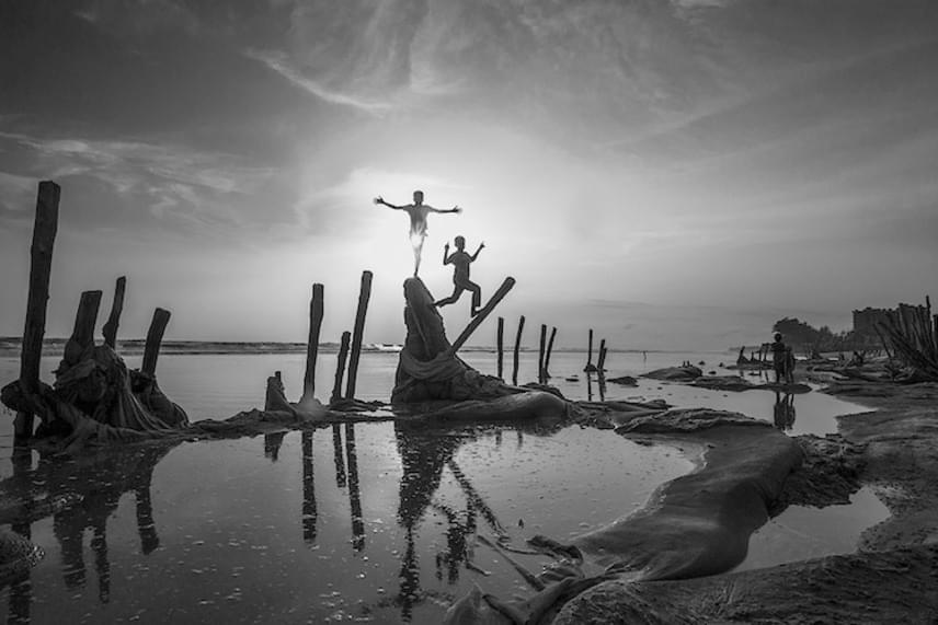 A sziluett kategóriában született alkotások közül az egyik legizgalmasabb Guomiao Zhou kínai művész fotója, mely az Indiai-óceán partján játszó gyerekek világába enged bepillantást.