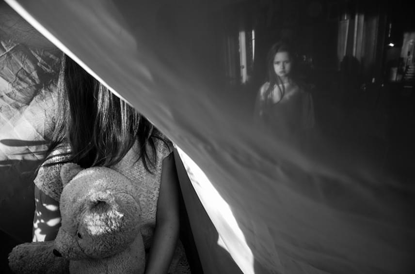 A 2016-os fődíjat az orosz Olga Ageeva nyerte meg, aki az életmód és szépművészet kategóriákban is győzött. A művész két fiatal lány történetét mondja el testközeli képeken, melyek hol a vidám pillanatokról, hol a komolyságról szólnak.