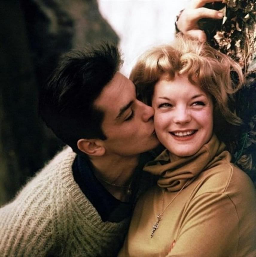 Alain Delon a bolondulásig szerette mindenki Sissyjét, akit ilyen gyengéden puszilt meg, Romy huncut mosolya pedig önmagáért beszél.