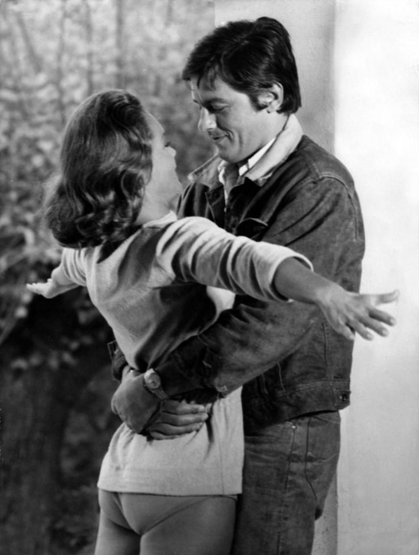 Romy Schneider Alain Delon óvó karjaiban. Ha létezik igaz szerelem, akkor az valahogy így néz ki - kár, hogy nem végződött happy enddel.