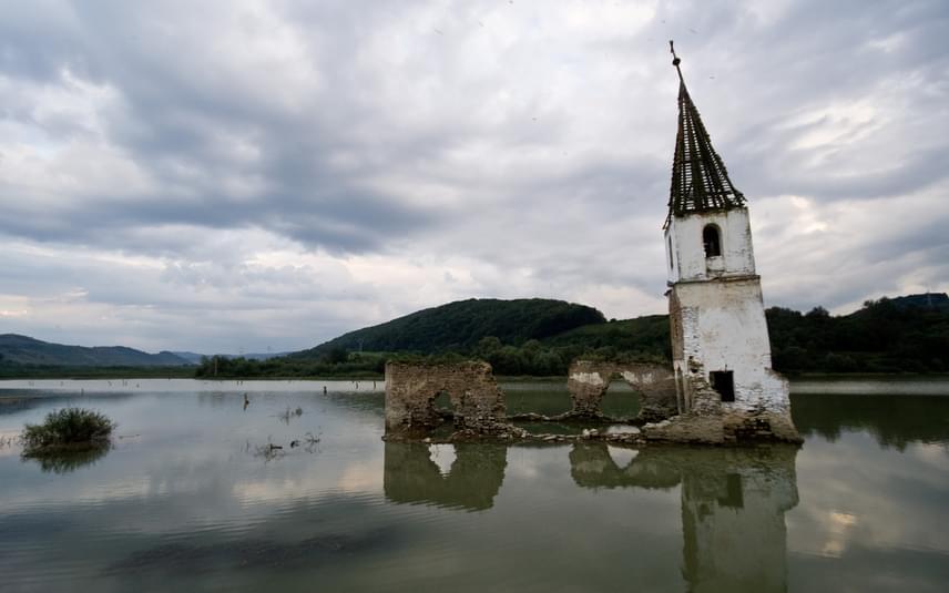 A hivatalos álláspont szerint a tavat árvízvédelmi célból hozták létre Bözödújfalu helyén, a vízből kiemelkedő templomtorony azonban a romániai falurombolás szimbólumává vált. A kitelepítések 1985-ben kezdődtek meg, 1992-re már teljesen elárasztották a környéket.