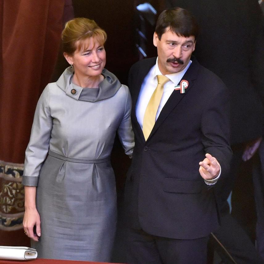 Az újraválasztott Áder János köztársasági elnök és felesége, Herczegh Anita, aki mellőzte a Parlamentben megszokott kosztümöt, és egy elegáns, ezüstös ruhát viselt a választás napján.