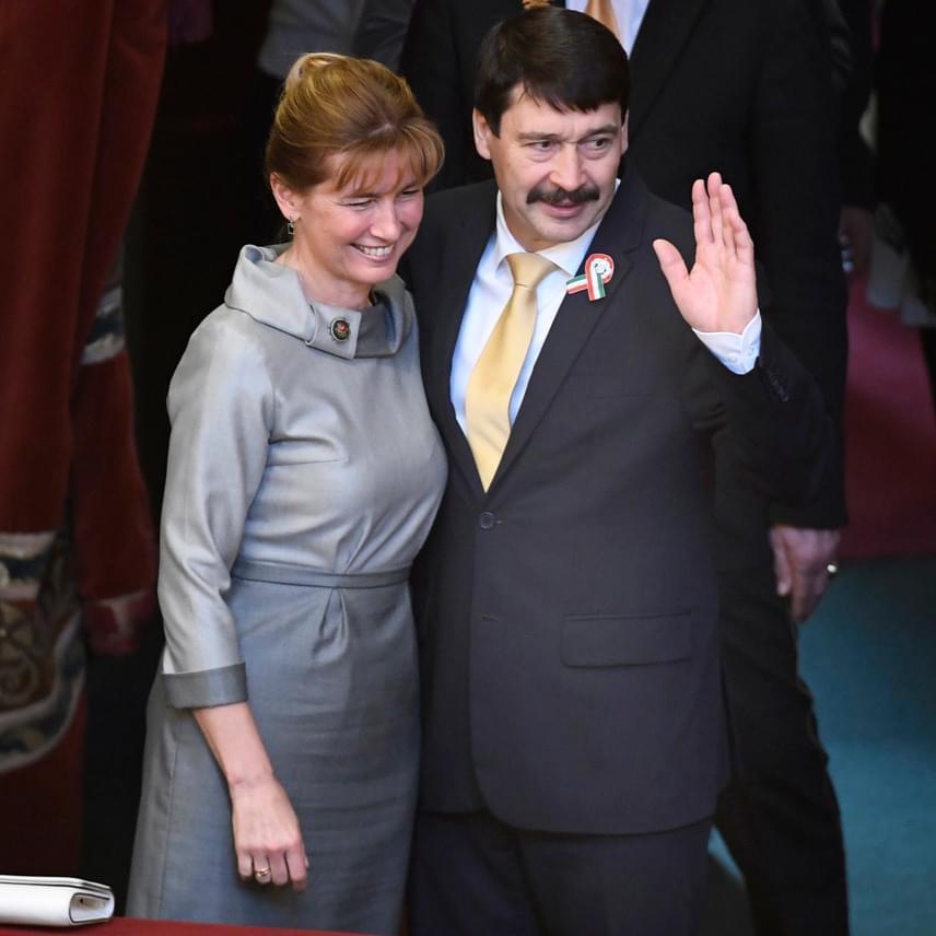 Áder János szinte végig a feleségét átkarolva köszönte meg a gratulációkat.