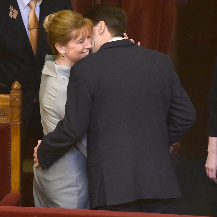 Meghitt pillanat, ahogy az Országgyűlés plenáris ülésén Áder János lopott pár másodpercet a feleségének és magának.