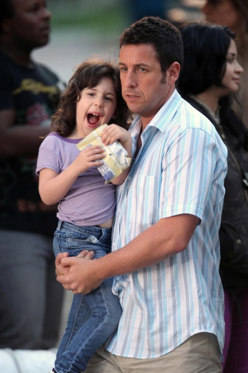 Adam Sandler elég burkoltan szólta le kislánya külsejét: közölte, hogy Sadie sajnos nem az anyjára ütött, hanem úgy néz ki, mint ő parókában a Jack és Jill című filmben.