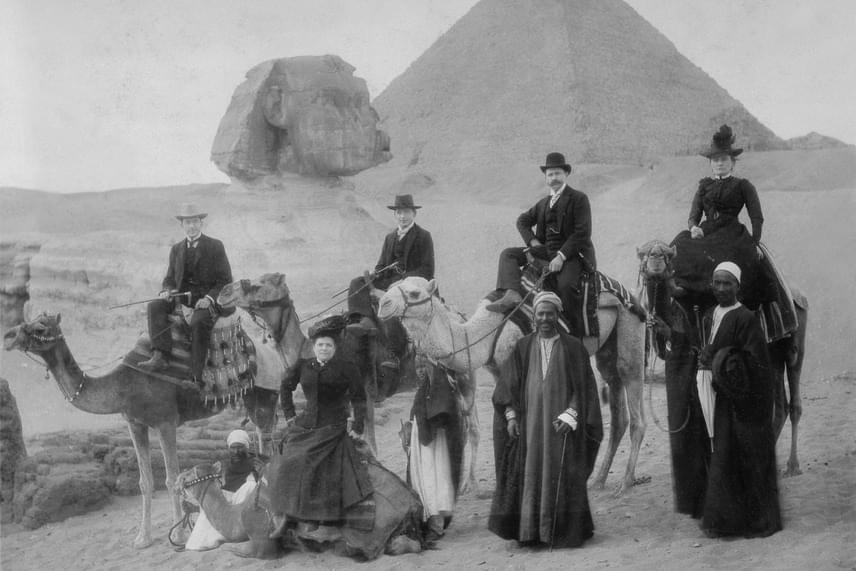 Szinte minden utazó vitt haza egy ilyen képet, amin rajta volt mindaz, ami a turistáknak Egyiptomot jelentette: a nagy piramis, a szfinx, a tevék, a helyi lakosok és a sivatag.