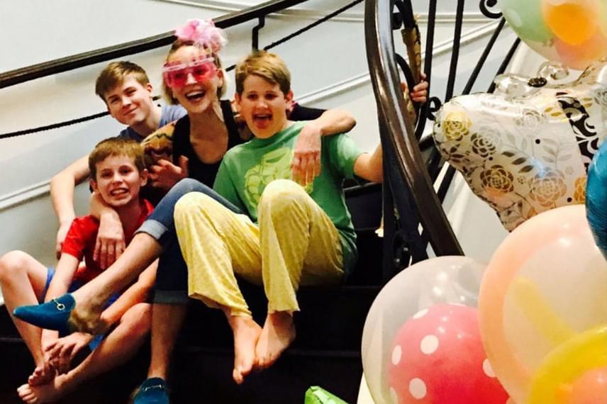 Ilyen egy születésnap a családban: Sharon Stone néhány nappal ezelőtt 59 éves lett, így a fiai minden tőlük telhetőt megtesznek, hogy anyukájuk jól érezze magát.