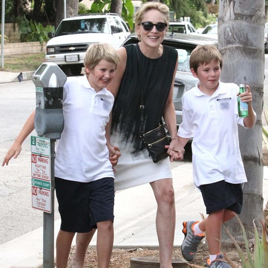 2015-ben így kapták le két kisebbik fiával a színésznőt. Látszik, mennyire büszke édesanya, és mennyire odavan a gyerekeiért.