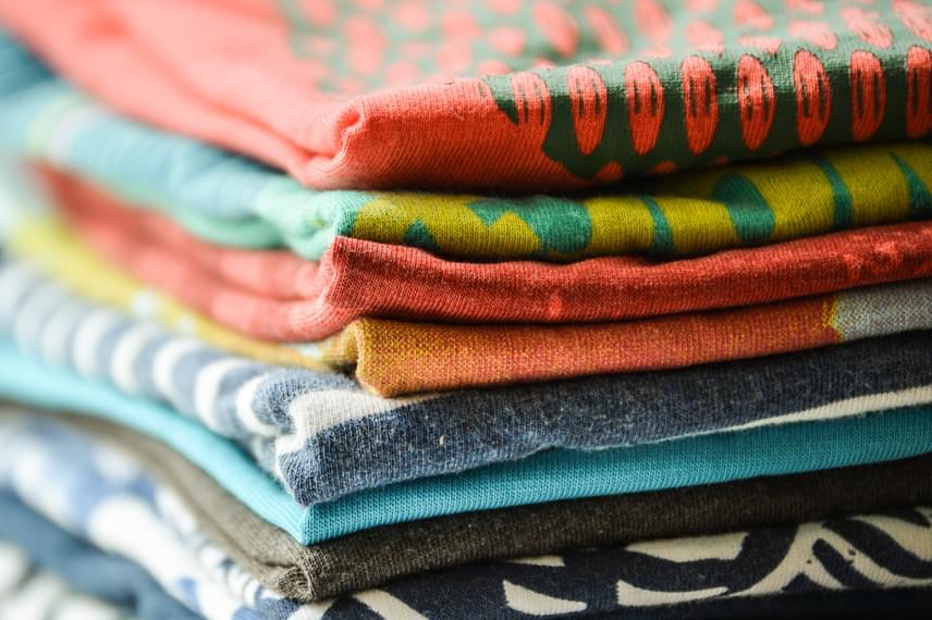 Ne vasalj közvetlenül olyan ruhát se, melyen gumibehúzás található, vagy gumírozott, rugalmas anyagból készült, illetve rávasalt, műanyag matrica található rajta. A dekorációkkal, rátétekkel mindenképp vigyázz, sose érintkezzenek a vasalóval.