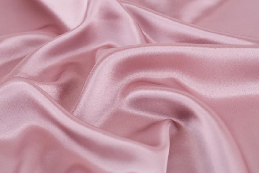 A selymet szárazon sose vasald, ha muszáj, mindenképp a visszáján tedd és a tökéletes száradást megelőzően, vasalókendő használata mellett.