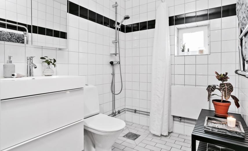 A fürdőszoba is nagyon tágasnak tűnik, ez talán az egyetlen olyan helyisége viszont a lakásnak, mely a fehér szín révén kissé steril hatást kelt.