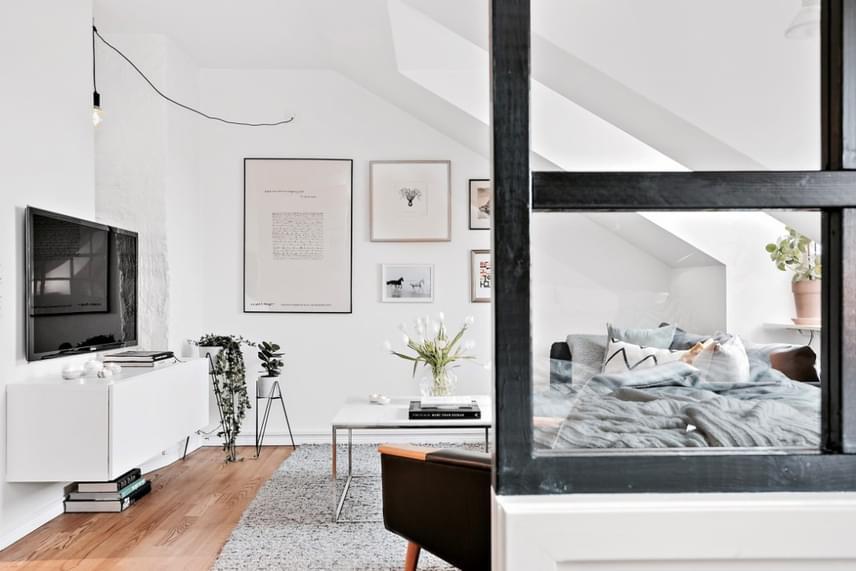 Minden, ami kell, elfér az apró lakásban, a nappali sem tűnik zsúfoltnak és kicsinek.