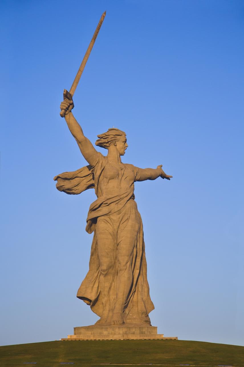 Oroszország másik híres óriása a Hív a szülőföld, mely a sztálingrádi csatának állít emléket. A Volgográdban található szobor 87 méter magas, míg a kezében tartott kard 33 méter. A szimbolikus nőalak megformálásához mintegy 7900 tonna betont használtak fel 1967-ben. A szobor lábához 200 lépcső vezet felfele, ami ugyanannyi, mint ahány napig a sztálingrádi csata tartott.