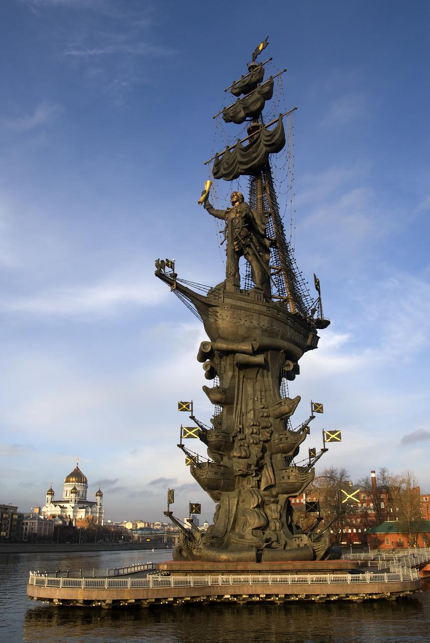 Nem csak a távoli keleten, de egy kicsit közelebb, Oroszországban is akadnak monumentális méretű szobrok. A 43 éven keresztül uralkodó I. Péter cár tiszteletére emelt 98 méteres magas emlékmű a várossal azonos nevű folyó felől magasodik Moszkva fölé. Az 1997-ben elkészült alkotás többszáz tonna rozsdamentes acélból és bronzból áll.