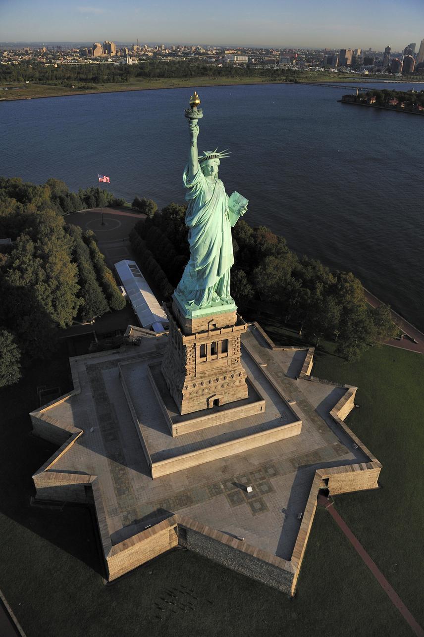 Ha monumentális szobrokról van, sokaknak rögtön a New Yorkban álló Szabadság szobor jut az eszébe, noha ez szinte eltörpül a többi óriás mellett. A rézből készült, fáklyás nőalak maga csak 43 méter, míg talapzattal együtt 93 méter. A szintén hatalmasnak tűnő Megváltó Krisztus szobra Rio de Janerióban csak 30 méter, így egyik híres alak sem fér bele még a legmagasabb szobrok tizes listájába se.