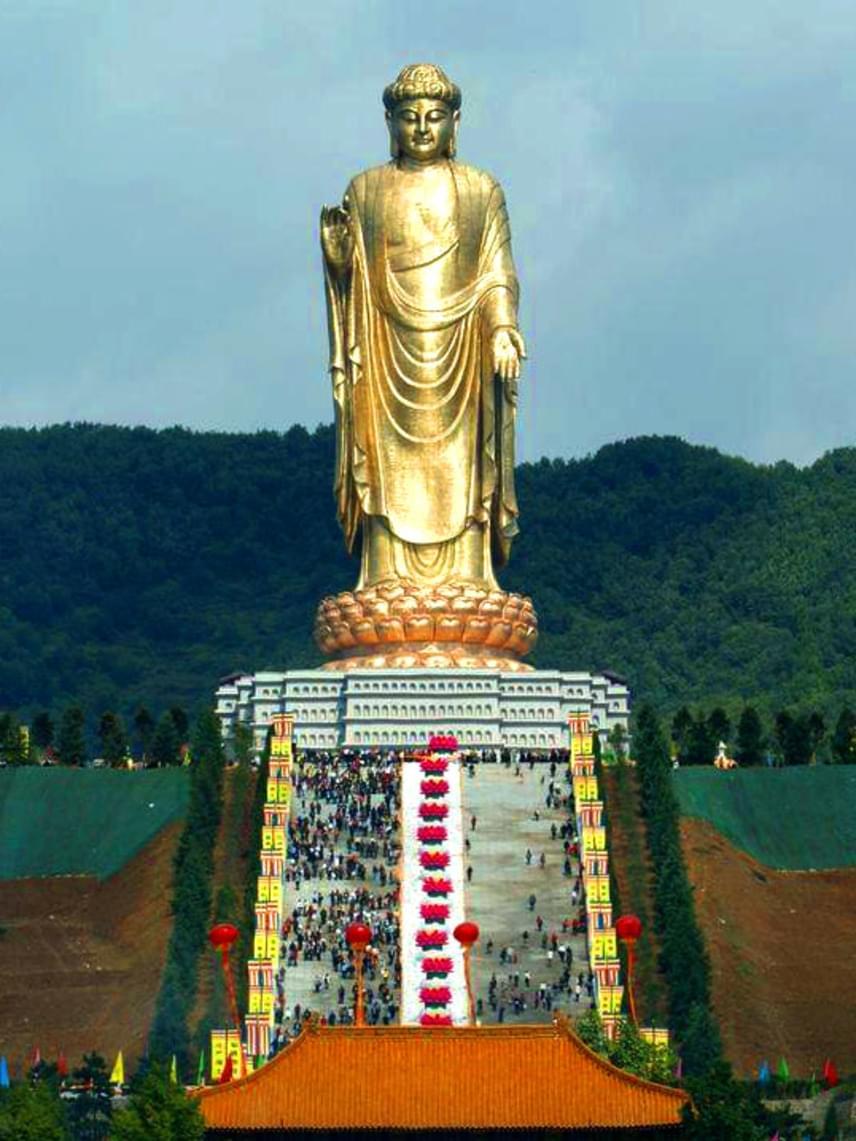 A világ legmagasabb szobra, a kínai forrástemplom Buddhája, mely nem kevesebb mint 153 méter magas, így az emberek alig akkorák, mint a szobor lábujjai. A gigantikus mű elkészítése több mint tíz éven keresztül tartott 1997 és 2008 között, melynek során 1100 rézből készült darabot illesztettek össze. A szobor egy 20 méter magas, lótuszvirág formájúra kialakított talapzaton áll, míg lejjebb egy másik emelvény található, így az emlékmű teljes magassága 208 méter.