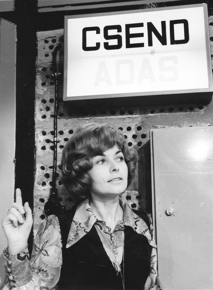 Az 1938-ban született Takács Marika is a Magyar Televízió bemondója és műsorvezetője volt. A hazai televíziózás legendás személyiségével gyakran találkozhattak a lottózó nézők, hiszen a lottósorsolásokon is fel-felbukkant. 1997-ben hunyt el 58 éves korában, halálát mellrák okozta.