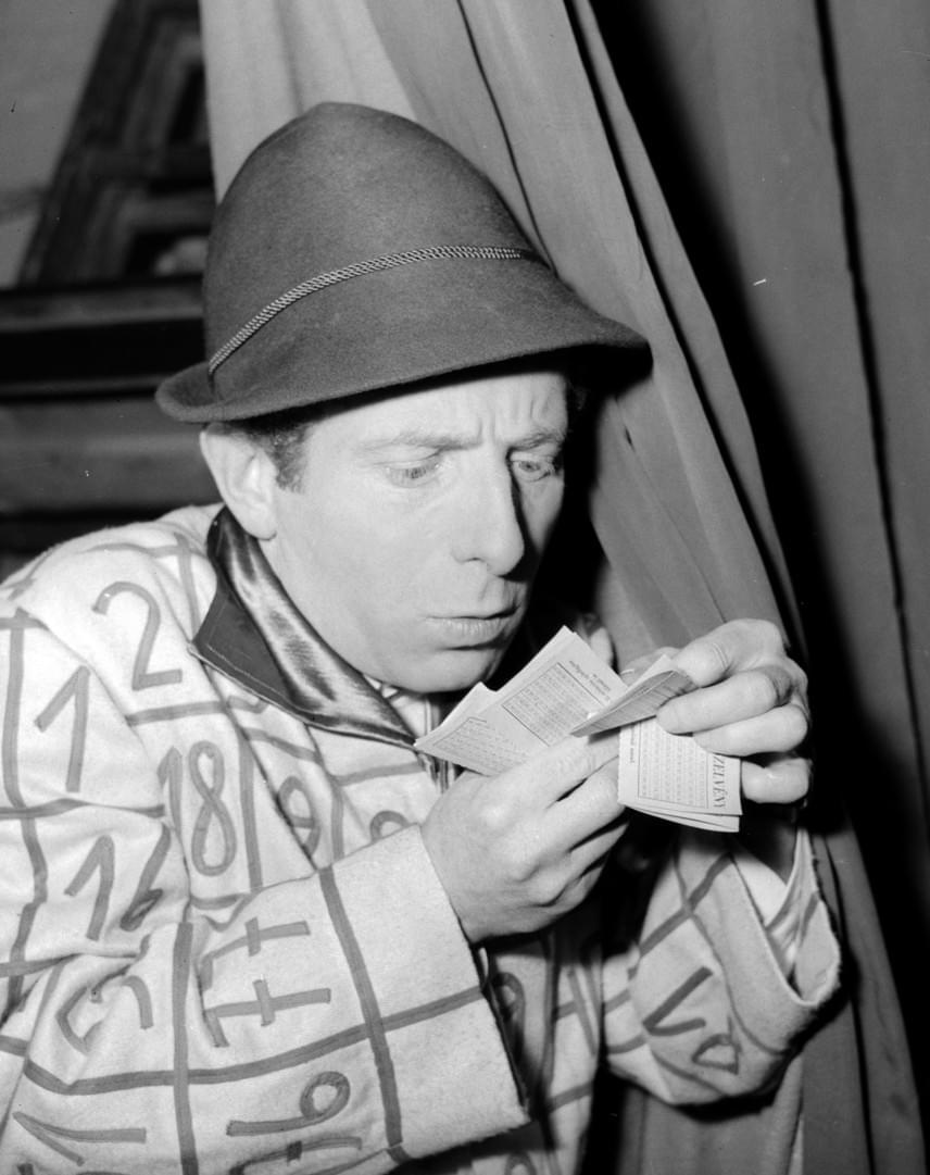 Az 1923-ban született Kabos László neve örökre összeforrt a lottózással, hiszen Lottó Ottó megformálójaként 1957-től kezdődően szórakoztatta magánszámaival a közönséget a sorsolások közben. A Rádiókabaré egyik állandó szereplőjeként is szívébe zárta az ország Kabos Lászlót, aki 2004-ben hunyt el, nyolcvanéves korában.