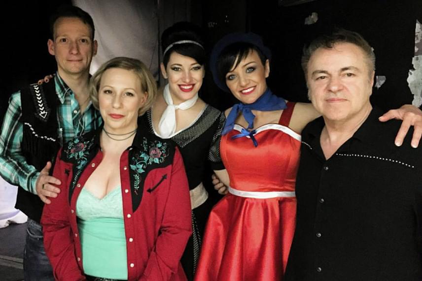 Természetesen Szandi is fellépett Fenyő Miklós jubileumi koncertjén. Fotóján jobbról balra Novai Gábor, Baby Gabi, Fenyő Diána és Fenyő Dáci látható.