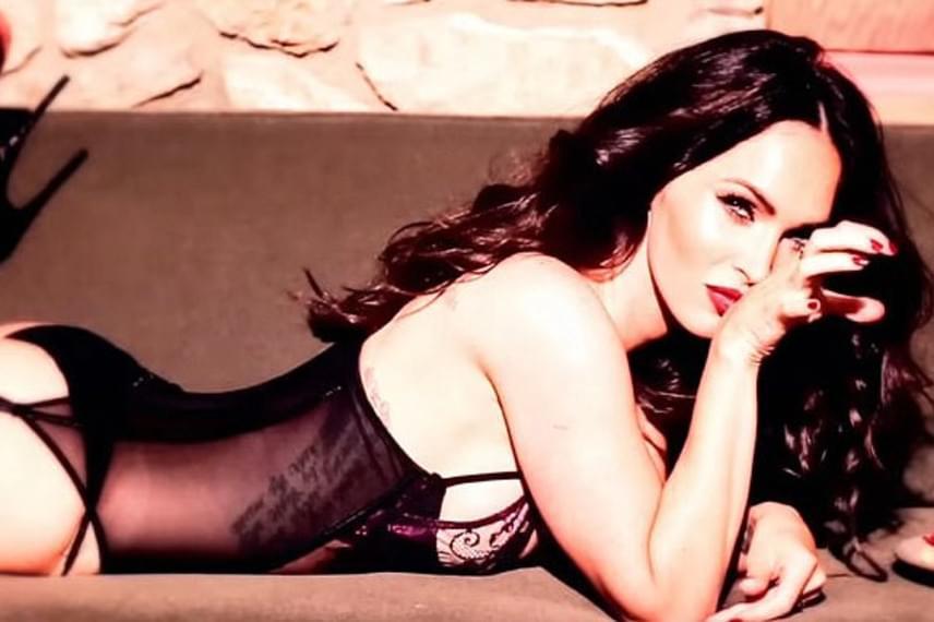 A színésznő igazi szexszimbólumnak számított néhány éve, a Maxim magazin szerint egyenesen ő volt a Föld legszexisebb nője.