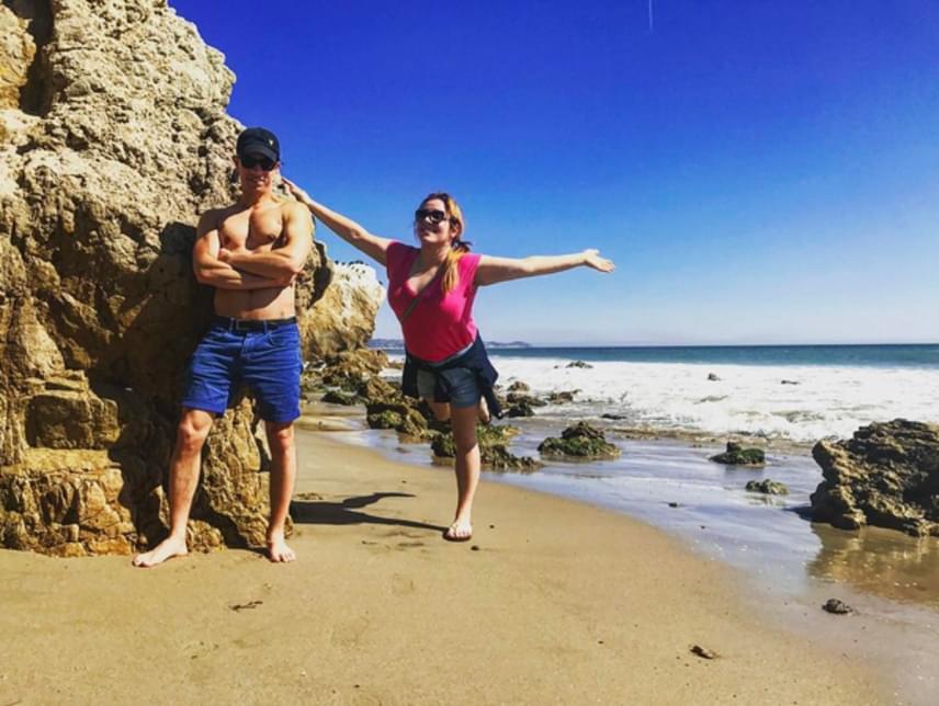 Tóth Vera így élvezi a napsütést a malibui El Matador Beachen barátja oldalán, aki félmeztelenül pózol mellette.