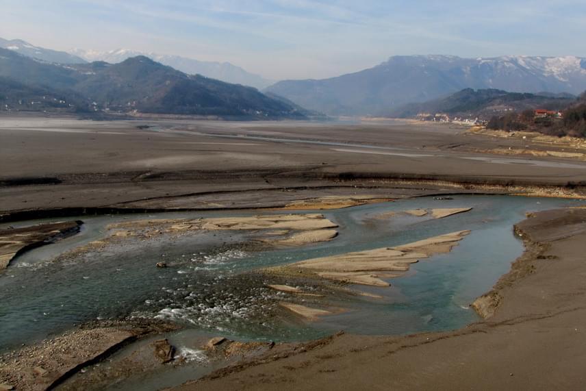 Mára ennyi maradt a szépséges tóból: 2011-ben kezdett apadni a víz, amely néhány hónap leforgása alatt szinte teljesen eltűnt.