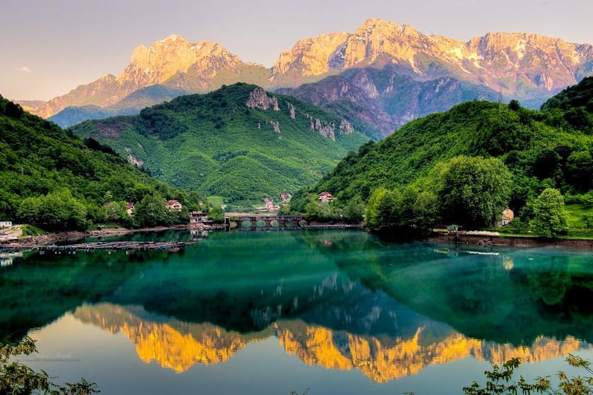 Így nézett ki a Jablanicai-tó, amikor még vízzel volt tele. A gyönyörű, nyugalmas táj a turisták kedvelt helye volt, de aztán a víztározó kiszáradt.