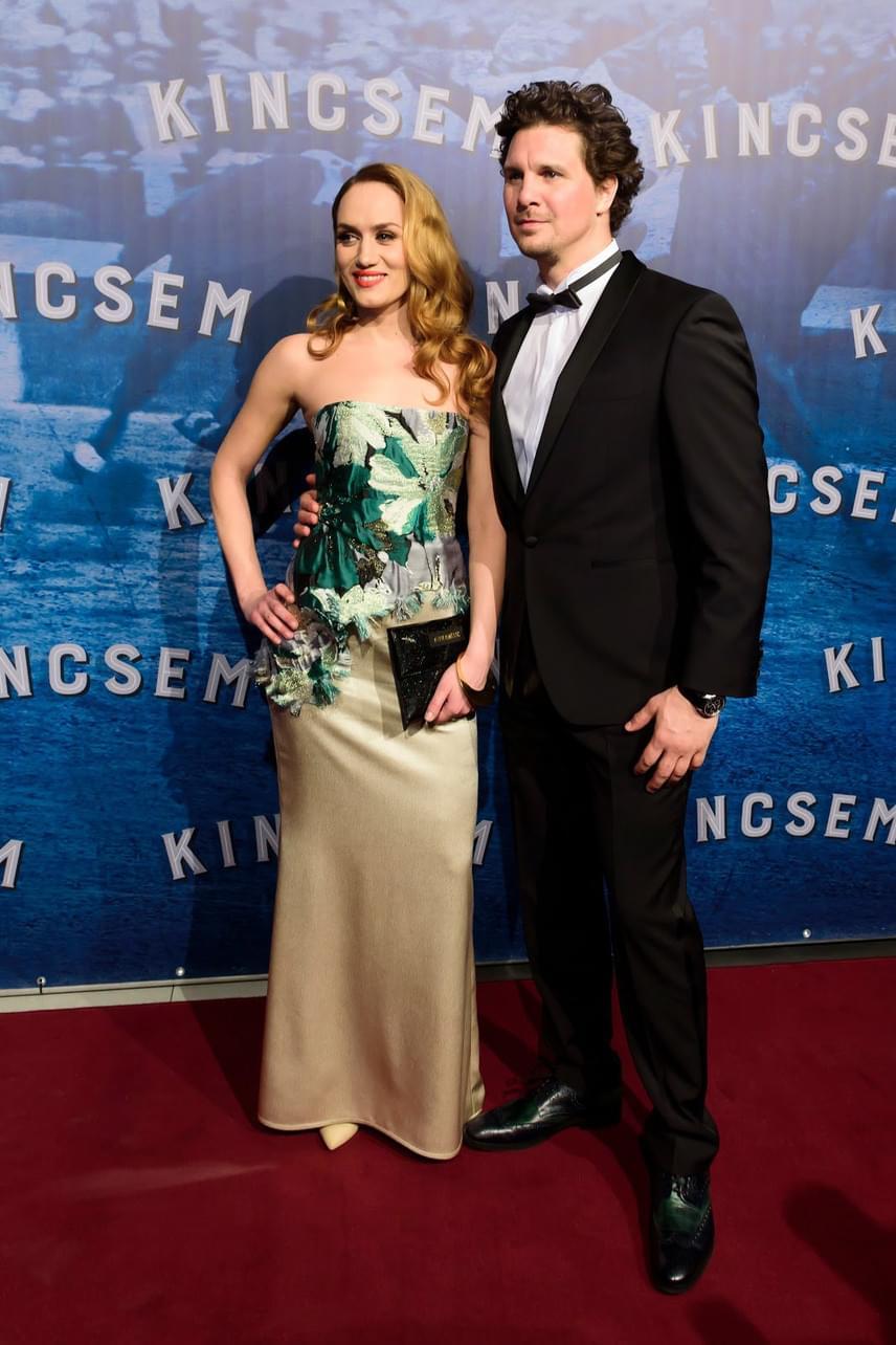 Filmbeli partnerével, a főszereplőt, Blaskovich Ernő alakító Nagy Ervinnel, aki elegáns Digel öltönyt viselt.