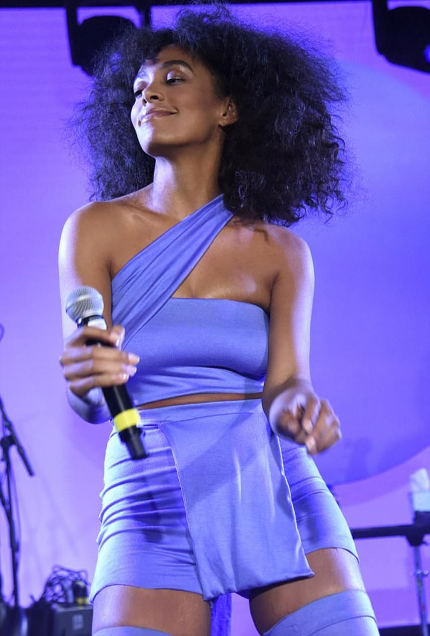 Remekül állt Solange Knowleson ez a kék ruhaköltemény, ami kellőképpen kihangsúlyozta nőies idomait.