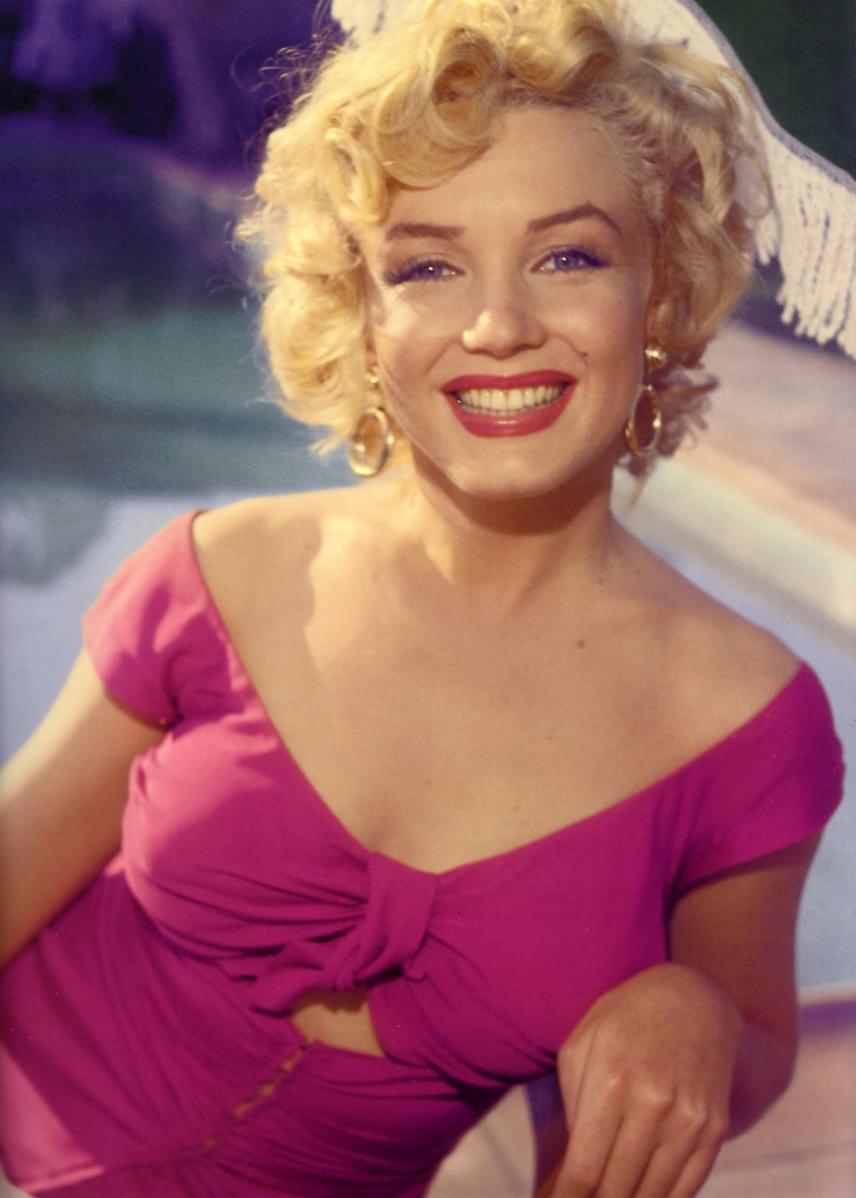Marilyn Monroe-t az édesanyja, Gladys Baker azok után adta nevelőotthonba, hogy anyagi és pszichológiai okokból kifolyólag nem tudott róla gondoskodni. Hétéves koráig nevelőszülőknél lakott, amikor az édesanyja visszatért az életébe, de akkor sem tudott számára rendes otthont biztosítani. Végül édesanyja egyik barátnője fogadta örökbe, aki tinédzserkoráig nevelte a 20. század leghíresebb szexszimbólumát.