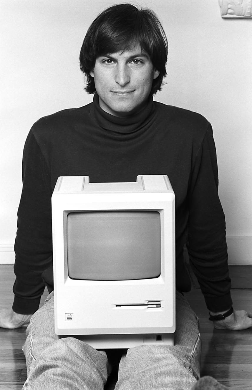 Steve Jobsról az édesanyja nem sokkal a születése után mondott le, miután az ötvenes évek közepén váratlanul teherbe esett. Vér szerinti édesapja egy fiatal szír menekült volt, aki egyszer sem találkozott fiával annak 2011-ben bekövetkezett haláláig. Az Apple-birodalom megteremtőjét végül az örmény-amerikai Paul és Clara Jobs fogadta örökbe, akik biztos otthont és megfelelő neveltetést biztosítottak számára.