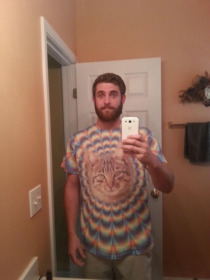 Pszichedelikus macska a pólón, avagy ennek a srácnak a nagymamája mindenkinél jobban ért a divathoz.