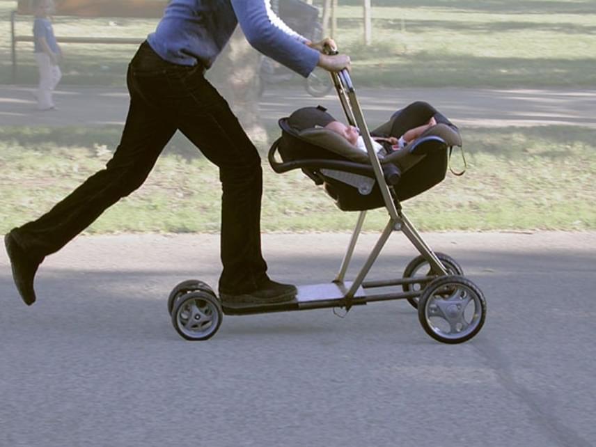 Ez történik, ha keresztezzük a babakocsit és a rollert. Gyakran siető vagy késő szülőknek tökéletes.