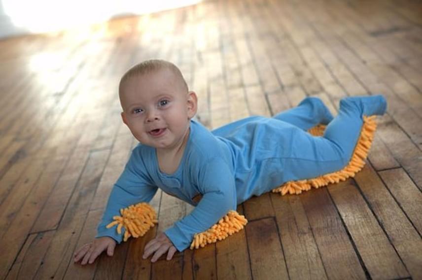 A babák imádnak kúszni-mászni, de ha ezt a kezeslábast adjuk rá, a takarításban is segít nekünk a kis csöppség.