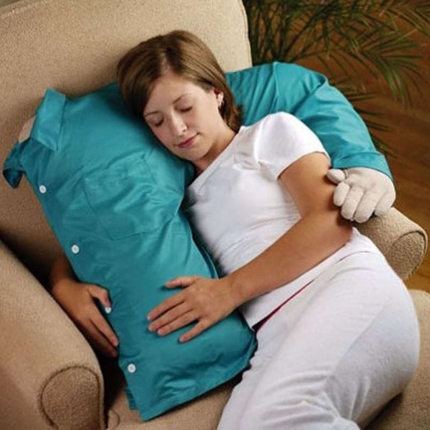 Amikor hiányzik a pasid, és nem tudtok este együtt aludni, jól jöhet ez az ölelkezős párna, amihez hozzábújhatsz elalvás előtt a szerelmed helyett.