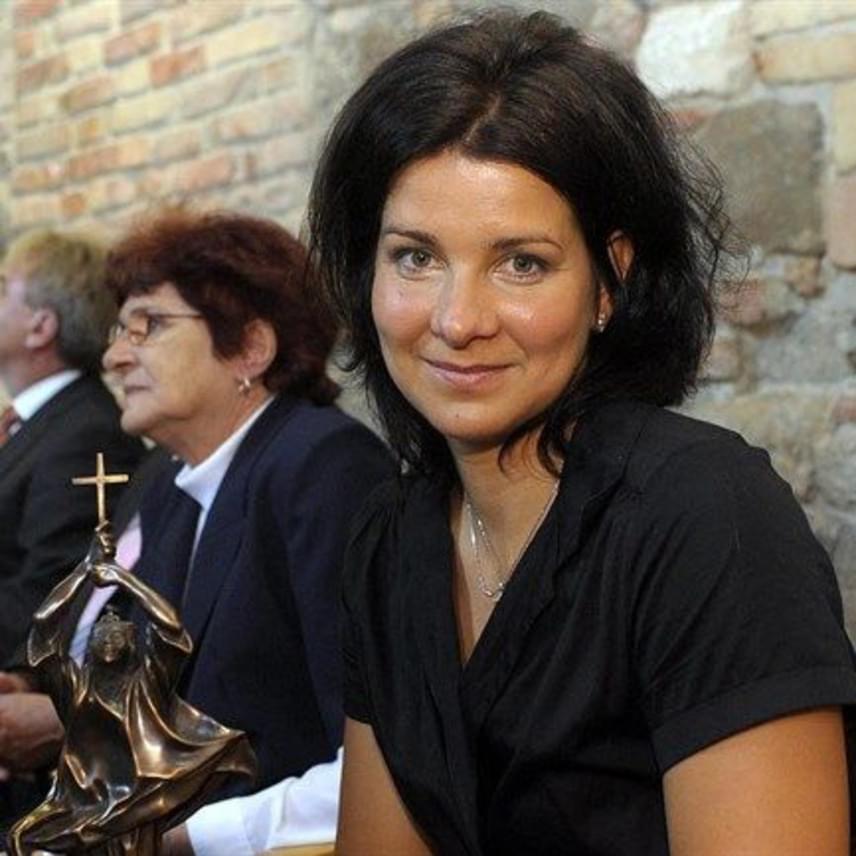 Egerszegi Krisztina szinte semmit nem változott 2010 óta, amikor a Szent István-díjat vette át az esztergomi Vármúzeum Lovagtermében. Az elismerést azok kaphatják meg, akik az összmagyarság érdekében kiemelkedő jelentőségű tevékenységet végeztek.