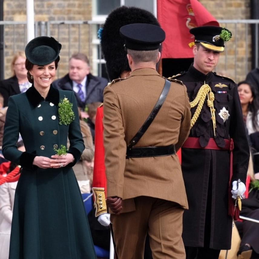 A hercegné boldogan mosolyogva nyújtja át a kis csokrokat a katonáknak - természetesen a mellére is kitűzte az Írország jelképéül szolgáló lóherét.